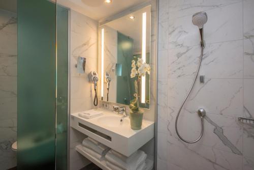 A bathroom at Mercure Ajaccio