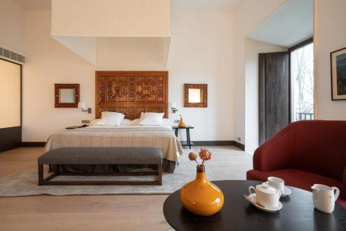 A bed or beds in a room at Parador de Turismo de León