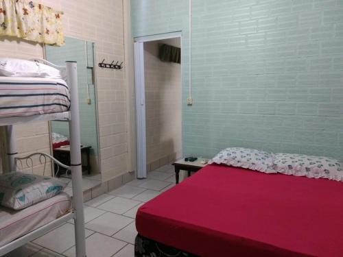 Uma ou mais camas em beliche em um quarto em Recanto do Sol Pousada