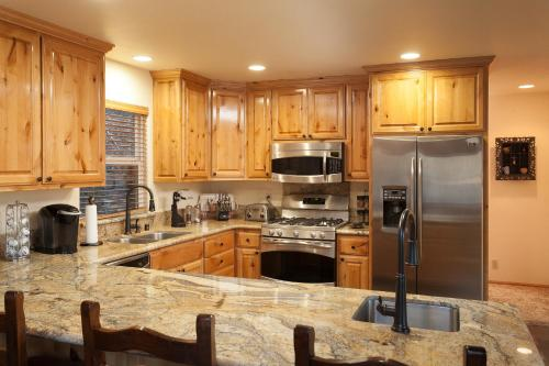A kitchen or kitchenette at Bear Mountain Retreat! PROMOTIONAL PRICES!!!!!