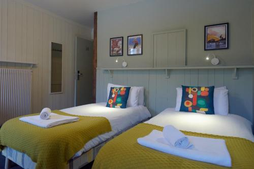 A bed or beds in a room at Vert Lodge Chamonix