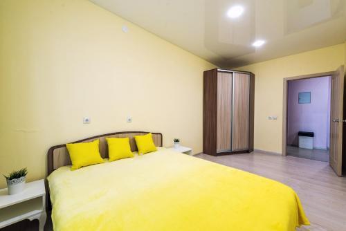 Кровать или кровати в номере SC Apart Ostrovskogo 93D