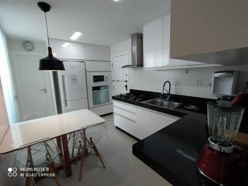 A kitchen or kitchenette at Lindo Apartamento no Campo Grande