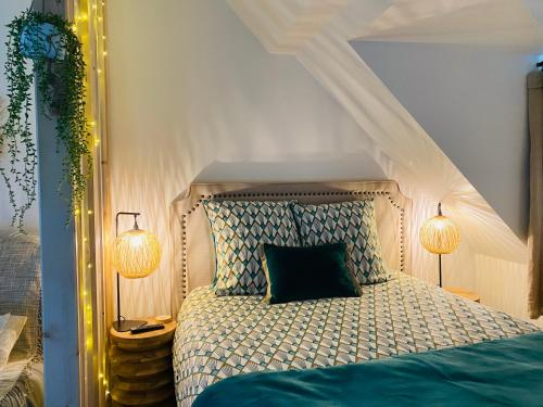 A bed or beds in a room at Les Calins d'Honfleur