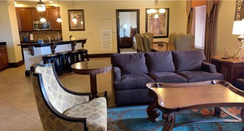The lounge or bar area at Wyndham Bonnet Creek Resort