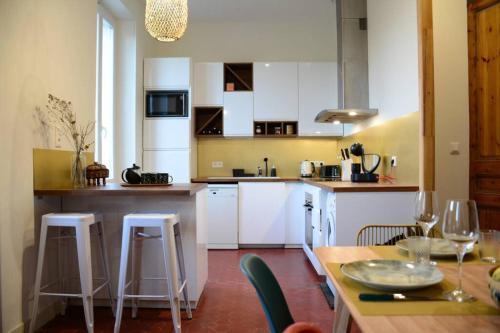 A kitchen or kitchenette at 85 m2 centre ville 2 mn vieux Port au calme