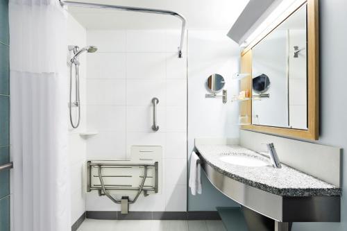 A bathroom at Club Quarters Hotel World Trade Center