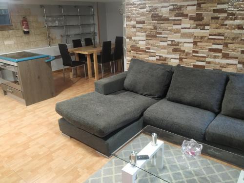 A seating area at Apartamentos Deluxe Barajas