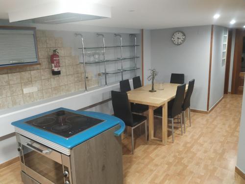 A kitchen or kitchenette at Apartamentos Deluxe Barajas