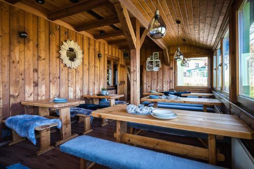 Ein Restaurant oder anderes Speiselokal in der Unterkunft Ferienhäuser zur Schäferei