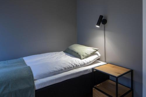 A bed or beds in a room at Hotel B&B Gränden