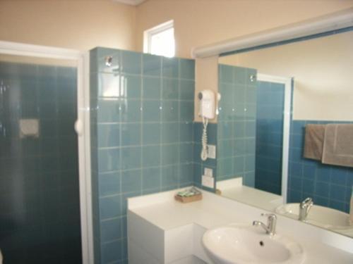 A bathroom at Bairnsdale Main Motel