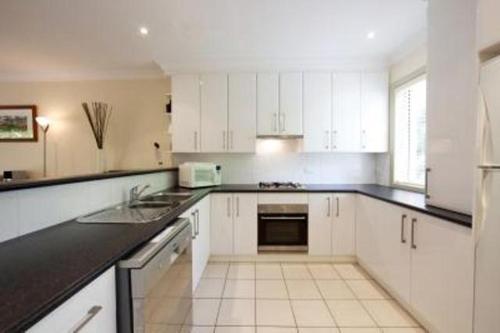 A kitchen or kitchenette at Albury Suites - Schubach Street