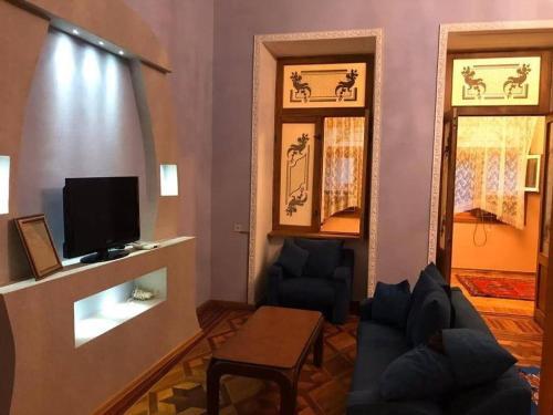 Uma área de estar em Nizami apartment