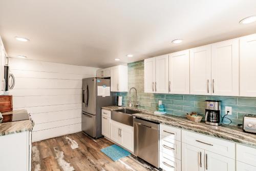 A kitchen or kitchenette at The Inn on Siesta Key