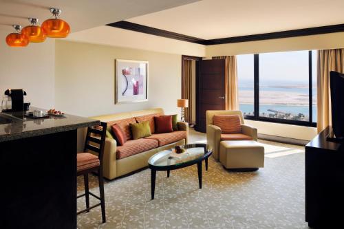 A seating area at InterContinental Abu Dhabi, an IHG Hotel