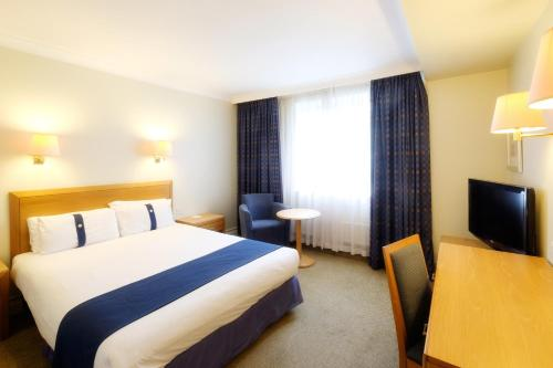 A bed or beds in a room at Holiday Inn Fareham Solent, an IHG Hotel