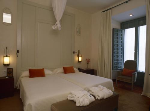 A bed or beds in a room at Parador de La Granja