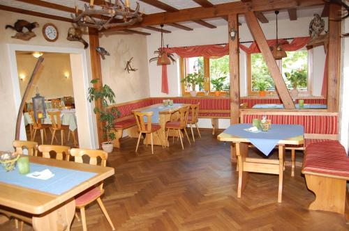 Ein Restaurant oder anderes Speiselokal in der Unterkunft Landgasthof Jägerstübchen