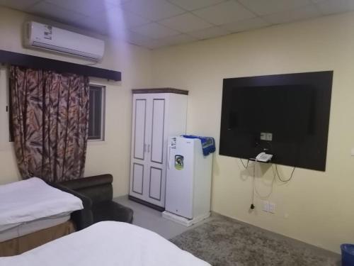Uma TV ou centro de entretenimento em ديم للغرف الفندقيه الخبر شارع العشرين فوق مطعم بيتزاهت