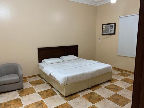 Cama ou camas em um quarto em Qimat Rahati Aparthotel