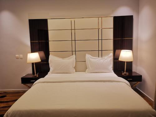 Cama ou camas em um quarto em رسيس بارك للأجنحة الفندقية