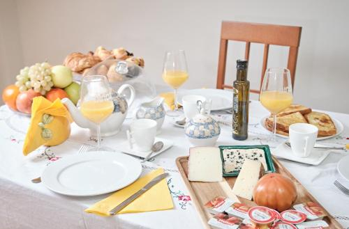 Breakfast options available to guests at Peregrina Pensión 1