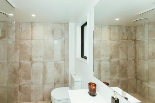 A bathroom at Mariner Suites