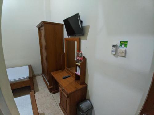 A television and/or entertainment centre at Hotel Abbas Syariah