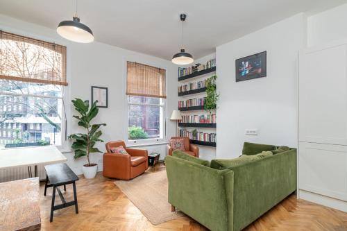 A seating area at GuestReady - Beautiful Flat on Newington Green