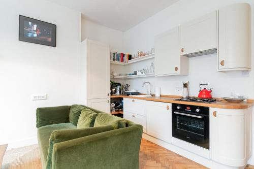 A kitchen or kitchenette at GuestReady - Beautiful Flat on Newington Green