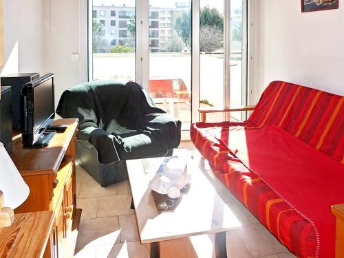 A seating area at Appartement d'une chambre a Frejus avec magnifique vue sur la ville piscine partagee et balcon a 300 m de la plage