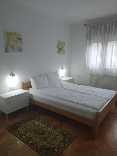 A bed or beds in a room at Apartman Linera