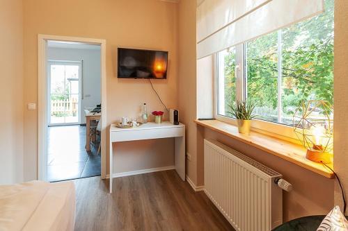 A kitchen or kitchenette at Zimmer im GoldKistchen