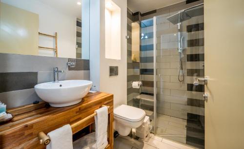 A bathroom at Bat Galim Boutique Hotel
