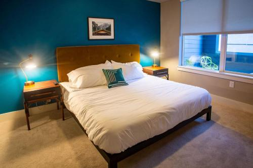 A bed or beds in a room at Kasa Denver Union Station Apartments