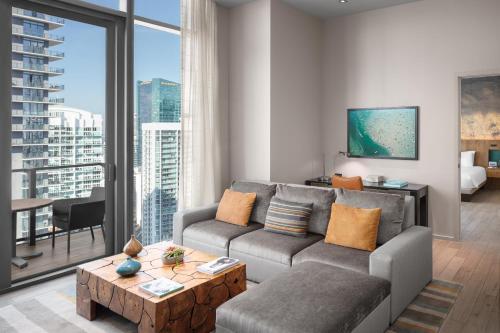 Uma área de estar em EAST Miami