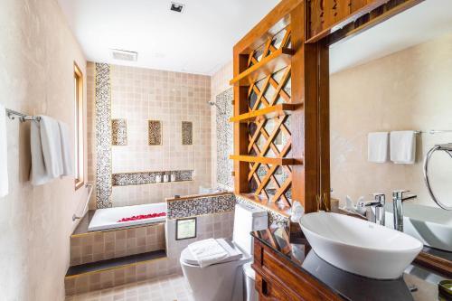 A bathroom at Phra Singh Village