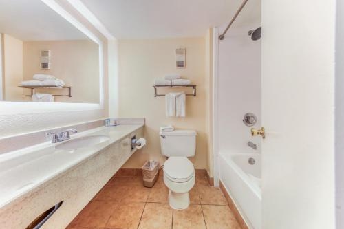 A bathroom at Floridian Express International Drive