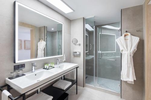 A bathroom at Hotel Riu Palace Jandia