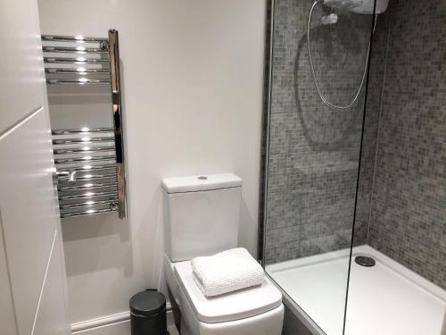A bathroom at Work & Leisure - 10min into the city! FREE Parking included! Long stays welcome - by Miasto Property Services