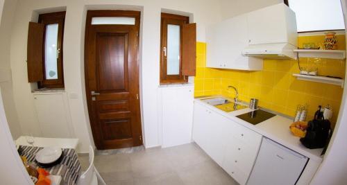 A kitchen or kitchenette at Domus Flò