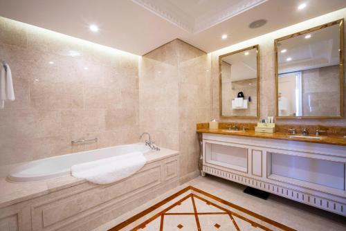 A bathroom at Radisson Blu Resort Phu Quoc