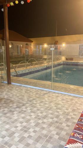 A piscina localizada em شالية العز ou nos arredores