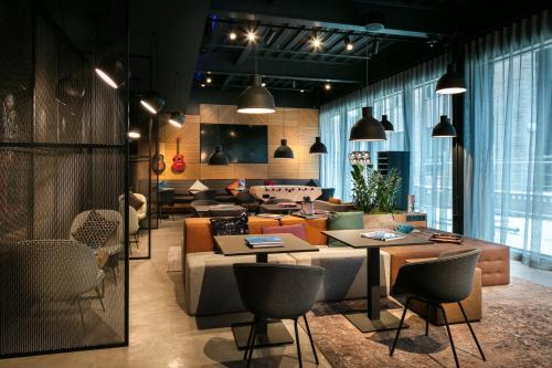 A restaurant or other place to eat at Moxy York
