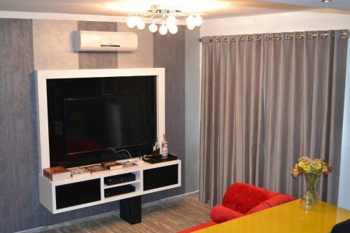 Uma TV ou centro de entretenimento em Hotel Guest