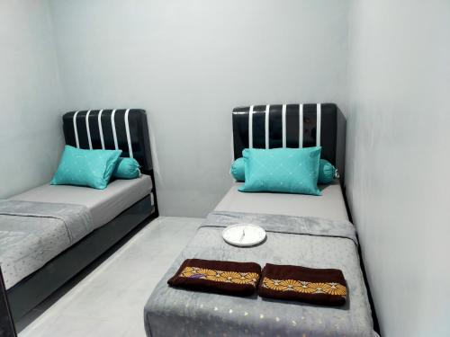 A bed or beds in a room at Griya Wisanggeni