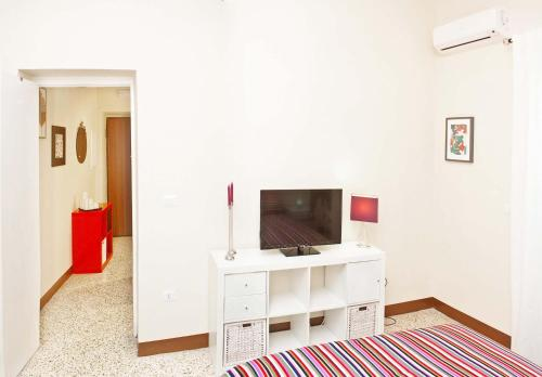 A television and/or entertainment centre at Bed And Travel Apartment San Giorgio