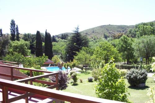 Una vista de la pileta en Los Almendros o alrededores
