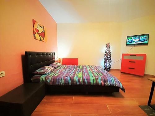 Кровать или кровати в номере Apartment at Industrialny 29